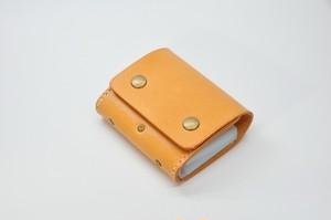 2つボタンのヌメ革カードファイル(26枚用)