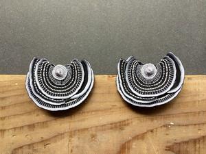 ARRO / 刺繍 ピアス・イヤリング / Turkey Tail / gray dark