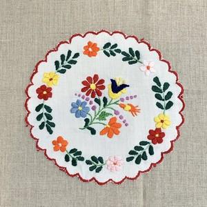 ガーベラとチューリップのカロチャ刺繍
