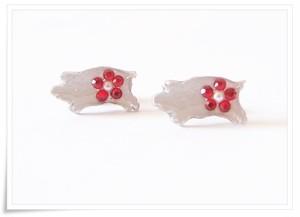 コブタと真珠(赤いお花)スタッドピアス、シルバーカラー