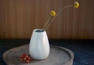 白い陶器の花器(鎬)