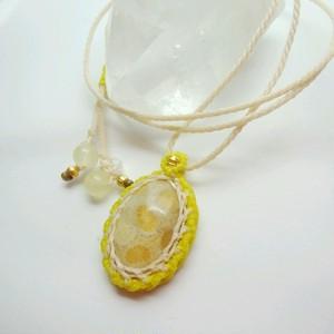 爽やかなレモン色のフォッシルコーラル 天然石マクラメ編みペンダント