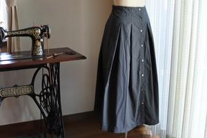 グレーのタイプライターの前あきスカート