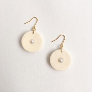 フルートのキーパッドとパールのピアス Flute key pads pierces (White)