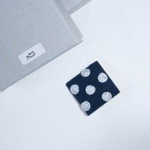 あとりえMOON 刺繍ブローチ 角 ネイビー×ホワイト 【布小物】