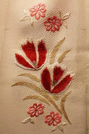 白縮緬地にチューリップ刺繍半襟