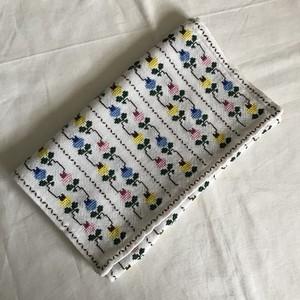 3色の花のクロスステッチの布