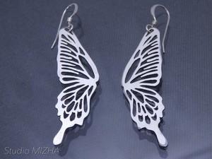 蝶の翅の耳飾り