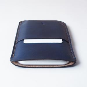 藍染め革のスマホケース【spot/すぽっと】 #全機種対応 #手縫い #草木染め革 #手染め #選べるアルファベット刻印
