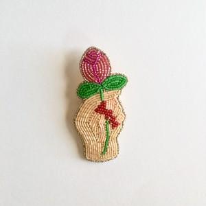 ビーズ刺繍ブローチ•花を持つ手