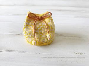 和柄がかわいい ミニミニビーズ編み巾着(柿の花柄)