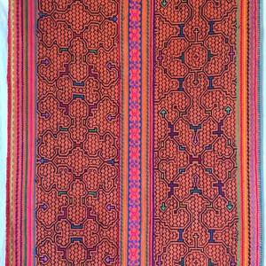 ●シピボ族刺繍大判 01 腰巻き アチョテ 泥染めとフリーハンドの手刺繍 先住民族の工芸布 天然素材 タペストリー