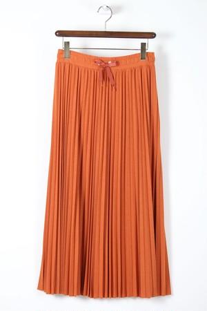 オレンジのプリーツスカート