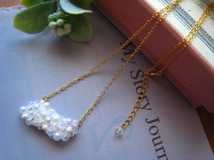 ビーズ刺繍のネックレス(雲)