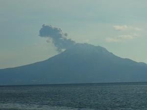 桜島(姶良市重富海岸から見た桜島2015.01.01 午後3時過ぎ)爆発した直後の桜島