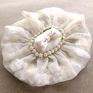 バラを包んだオーガンジーフリルのリングピロー