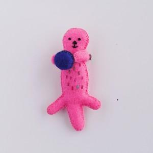 ピンクのラッコブローチ
