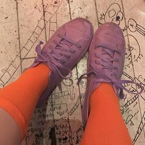 紫のゴムの靴