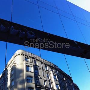 ガラス張りのビルに反射する青空と建物 Reflection building blue sky
