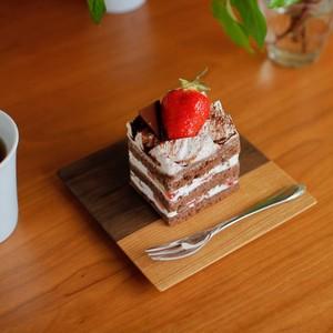 ケーキを乗せるのにちょうどいい木製皿(ツートンカラー)