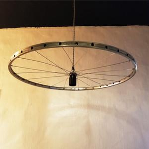 自転車のホイルがついたペンダントライト