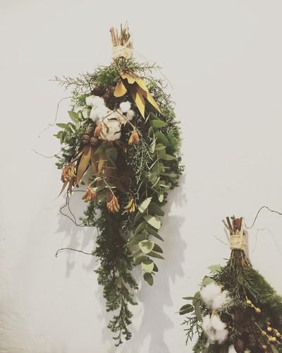 ついにそこまでやってきたクリスマス。今年の飾り付けの主役は「クリスマススワッグ」で決まり♡