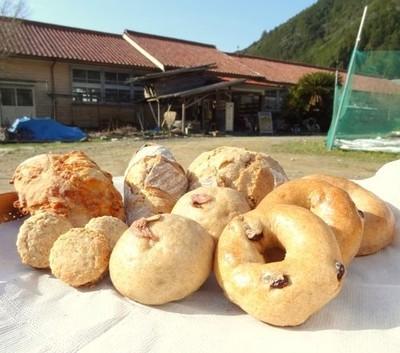 畑に小麦の種を蒔くところから出発。「パン工房木造校舎」の無農薬・有機栽培で育てられた小麦パン