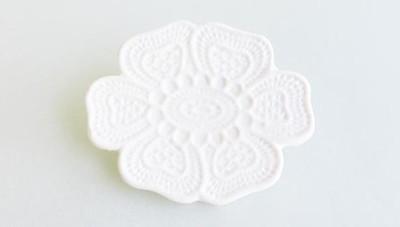 「大切」を身に纏う。柔くしなやか、和装にぴったりな KIMIKO SUZUKI の「白磁」のブローチ