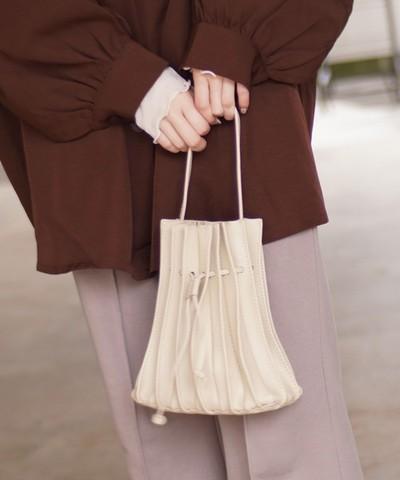 キュッと絞りを効かせたプリーツデザインが可愛い♡レザー プリーツ 巾着 2Way ショルダー トート