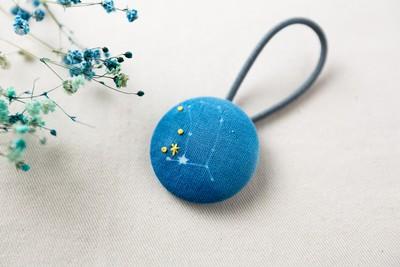 淡い水色が特徴的な、星座のヘアゴム