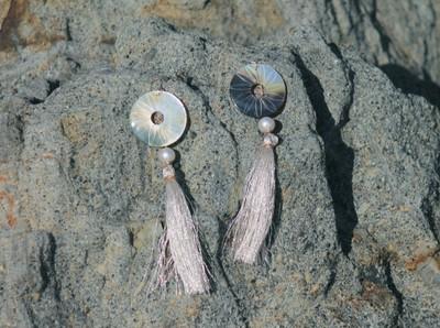 貝細工のイヤージュエリー