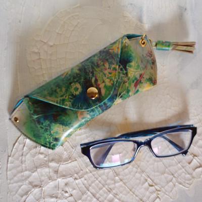 靴作家・岡野克俊と水彩画家・柘植彩子がコラボ! ターコイズボタニカル眼鏡ケース