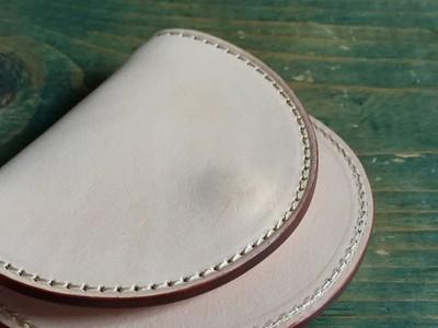 白ヌメ革で仕立てた手のひらサイズのコインケース