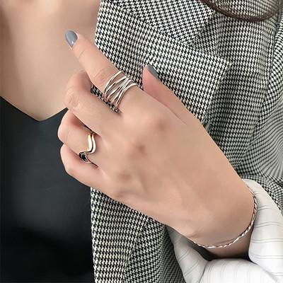 細い線が指を包み込み、抜け感のあるデザインが女性らしい印象に
