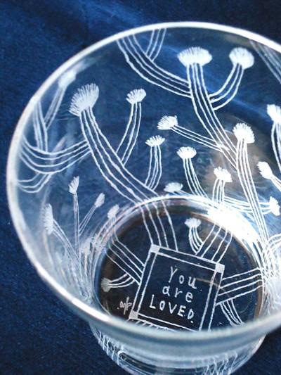 樹々が美しく絡まるデザインのグラスにお名前を彫って、世界に一つだけのオリジナルグラスいかがですか