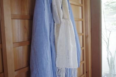 涼やかな印象が目に映える、冷房や強い日差し対策にも役立つアイテム。コットンの透かし織りマフラーです。