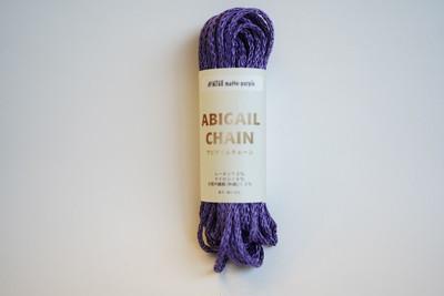 金属のチェーンに見えて実は糸なんです。その名はアビガイルチェーン。