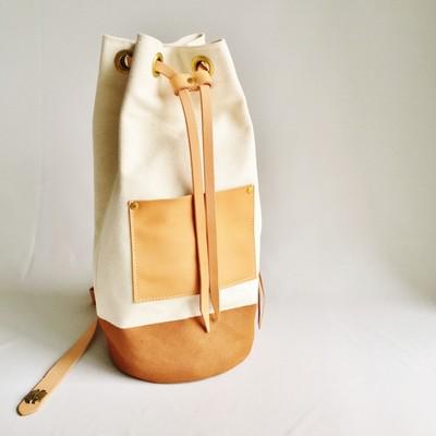 ユニセックスなデザインが魅力!MADE IN JAPANの筒形ショルダーバッグ