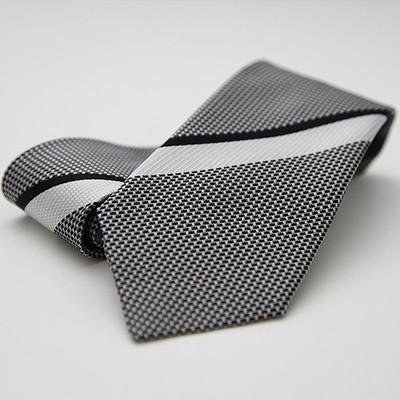 ネクタイをしない時期に、あえてする。そのカッコよさ。