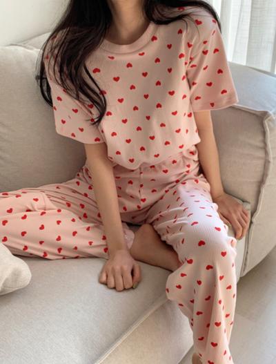 ピンクのリブ生地に真っ赤なハート柄でとことんラブリーに♡♡ハートパターンリブパジャマをご紹介します