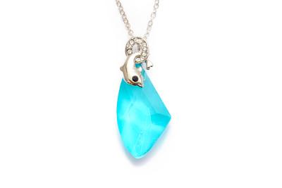 かわいいイルカも☆透き通るようなライトブルーのネックレス