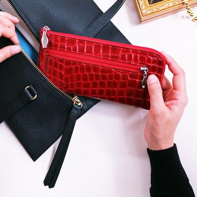 長年愛され続ける透明感あるL型ウォレット。毎日持ち歩く財布だから特別なものに。