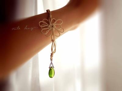 暖かな色、素朴な安心感。アイボリーの飾り結びのブレスレット「ヒカリ、甘イ。」