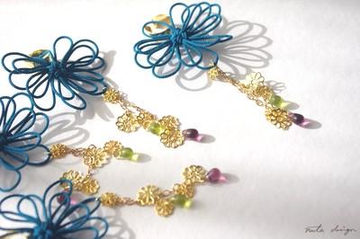 耳元に咲く飾り結び、クールな色の花。かたっぽイヤーカフ「音すずし」