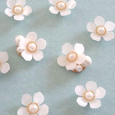 ギラギラ日差しを避けて屋内デートにおススメの白いお花のピアス