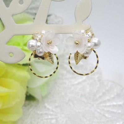 清楚な白い花とroundフレームを使ったピアス&イヤリング