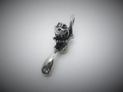 「歯を磨けよ!」とブランドキャラクターがにゅるっと歯ブラシの上で微笑むポップなペンダントトップ☆