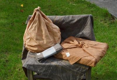 バッグや包みものなど、変形自在かつモダンな柿渋染めフロシキのススメ