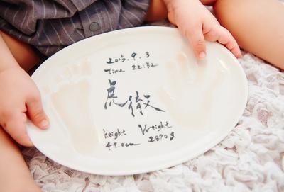 赤ちゃんの「手形」と「足形」でつくる、世界に1つのシンプルモダンな波佐見焼き