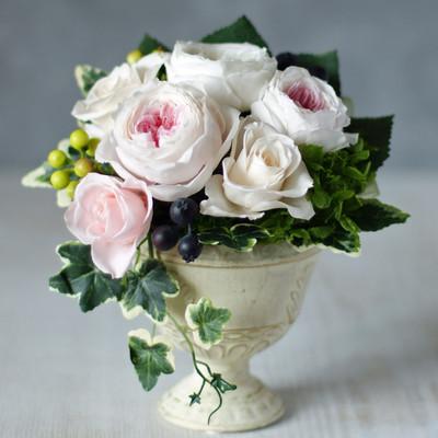 母の日にあなたの気持ちを届ける、薔薇あふれる五月のフラワーアレンジメント。